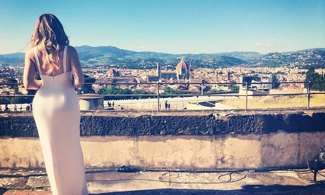 A irmã de Kim, Khloe Kardashian postou esta foto durante a cerimônia de sábado Instagram