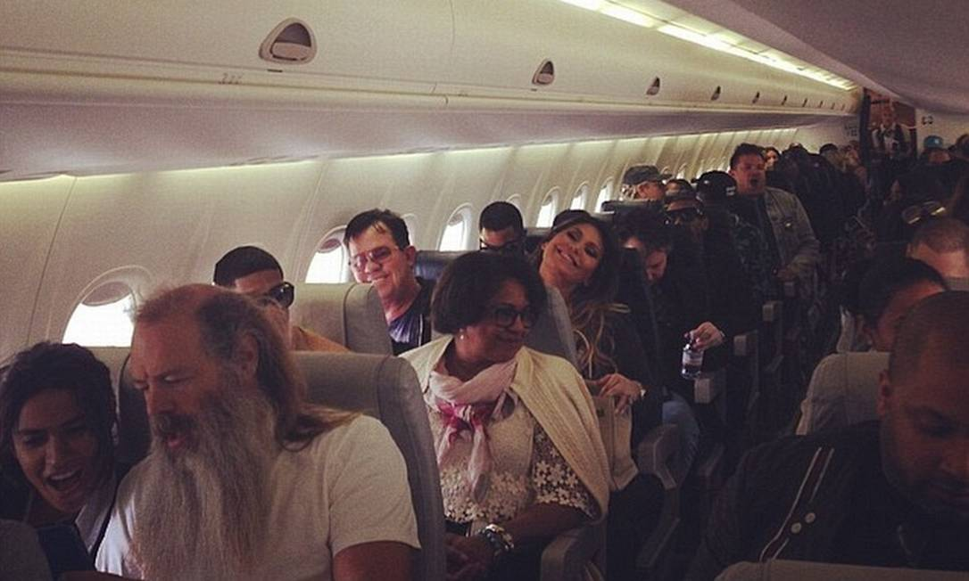 Convidados postaram foto no avião que fez o transporte de Paris para Florença Reprodução / Instagram