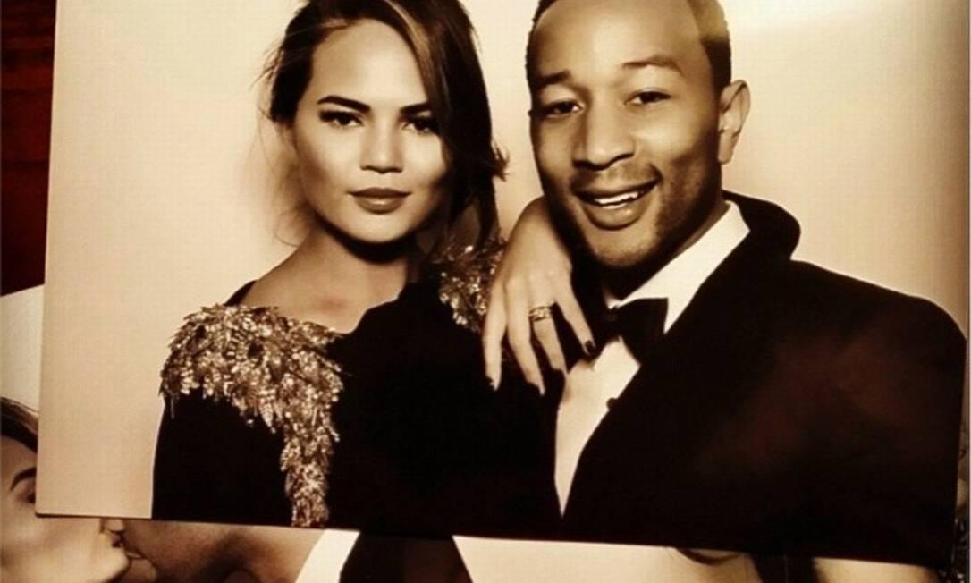 John Legend compartilhou uma foto ao lado de Chrissy Teigen, feita durante a festa Reprodução / Twitter