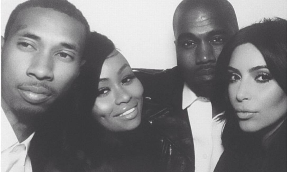O casal posou em uma cabine de foto na recepção do casamento, na França, com os amigos Black Chyna e T-Raww Reprodução / Instagram
