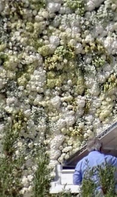 Este fim de semana foi deles! Kim Kardashian e Kanye West se casaram com direito a duas festas, uma na França e outra an Itália. Pelo Instagram, noivos e convidados mostraram um pouco das cerimônias. Nesta imagem, por exemplo, Kanye mostra a parede de flores montada no Forte Belvedere, em Florença, onde eles se casaram neste sábado Pedro Granadeiro/NFACTOS/publico / Reprodução / Instagram