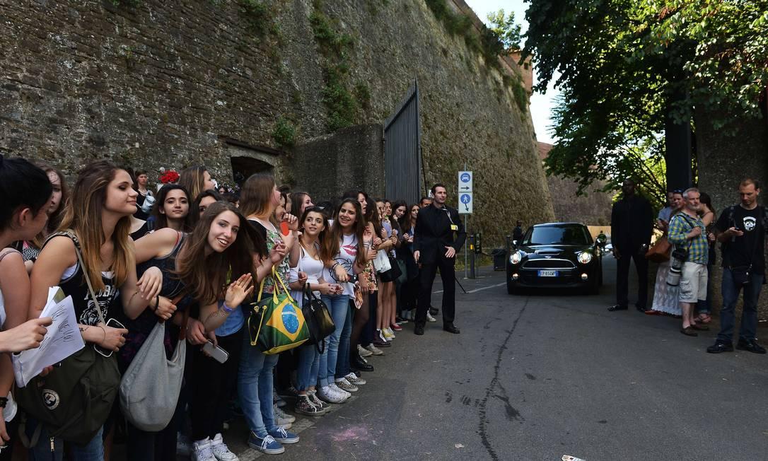 A cidade de Florença na Itália ficou pequena para a enorme quantidade de fãs que foram para os portões do Forte Belvedere, local onde o rapper Kanye West e e a socialite Kim Kardashian se casam neste sábado. Mas, segundo a imprensa britânica, essa enorme quantidade de meninas, na verdade, estão mesmo é à espera de Justin Bieber. E tem brasileira ali na foto! TIZIANA FABI / AFP