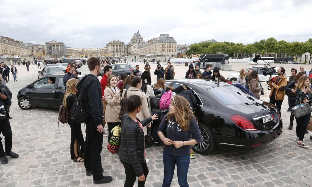 Na noite anterior, pessoas já tinham se reunido na porta do castelo de Versalhes, na França, para ver os convidados da comemoração pré-casamento. Mas como Bieber não estava cotado para essa cerimônia, a quantidade de fãs parece ter sido bem menor THOMAS SAMSON / AFP