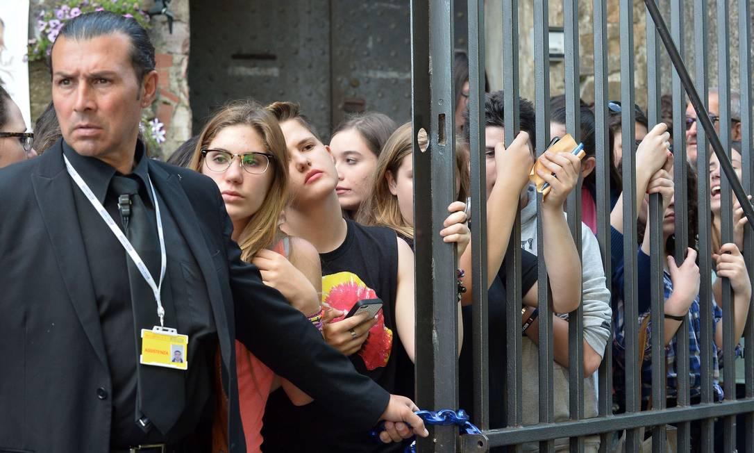 Bieber é um dos mil convidados do casal, mas não se sabe ainda se ele vai aparecer. Mas as meninas acima não quiseram arriscar e perder a chance de ver o ídolo TIZIANA FABI / AFP