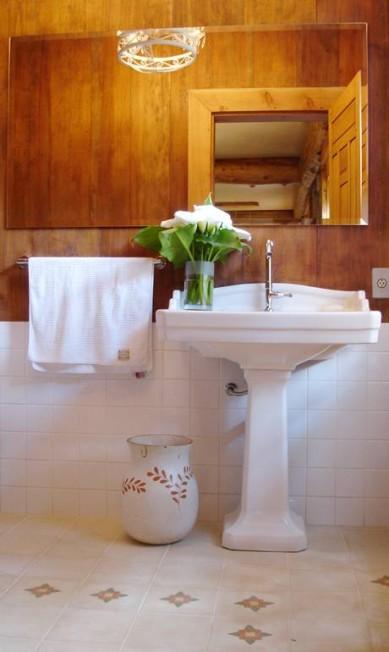 Banheiro em casa na serra, em Itaipava, Petrópolis Divulgação