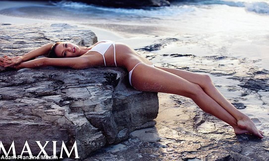 """Candice Swanepoel não está aí para brincandeira. A top da barriga negativa acaba de ser eleita a mulher mais sexy do mundo pela listagem 2014 da revista """"Maxim"""" © Adam Franzino/Maxim"""