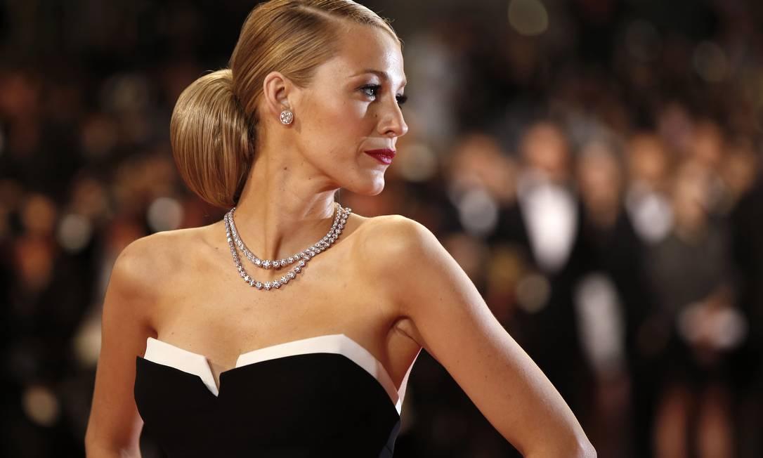 Além dos vestidos mais glamourosos do mundo no corpo das atrizes mais famosas do show business, o que não falta em Cannes são joias esplêndidas para deixar qualquer mortal babando. Reunimos as peças mais lindas que apareceram na Croisette até agora para a gente sonhar. Começando por Blake Lively e as peças de diamante da joalheria Lorraine Schwartz VALERY HACHE / AFP