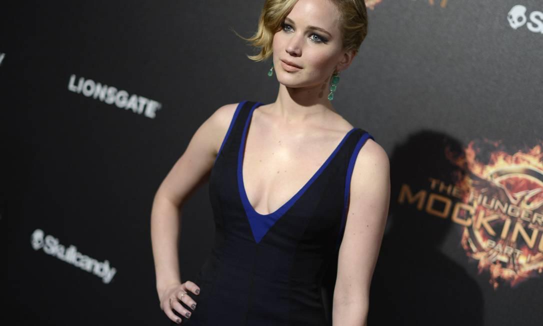 """Na festa do filme """"Jogos Vorazes"""", Jennifer Lawrence escolheu um par de brincos com três esmeralda em cada peça para combinar com o look Dior Arthur Mola / Arthur Mola/Invision/AP"""