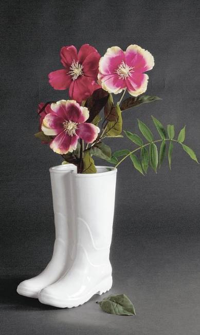 Vaso em formato de galocha. De porcelana, é ideal para flores com caule compridos. R$ 1.110, o par, na LZ Studio (www.lzstudio.com.br) Divulgação / Divulgação