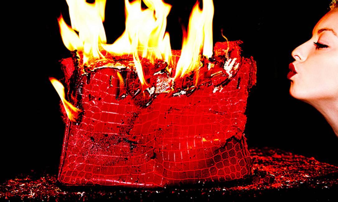 O polêmico fotógrafo americano Tyler Shields colocou fogo em uma Birkin, avaliada em R$ 221 mil. A sequência de fotos despertou a ira de muitos fashionistas Tylershields.com
