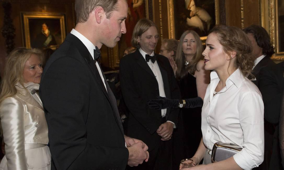 Príncipe William bate papo com Emma Watson. A mulher dele, Kate Middleton, ficou em casa com o bebê George Doug Seeburg / AP