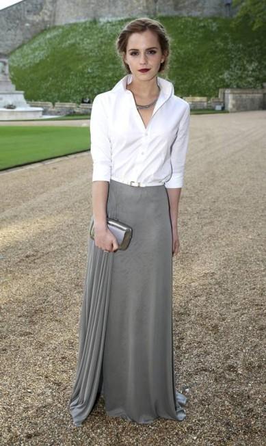 Emma Watson arriscou-se em uma combinação de saia e camisa social POOL/Chris Jackson / REUTERS