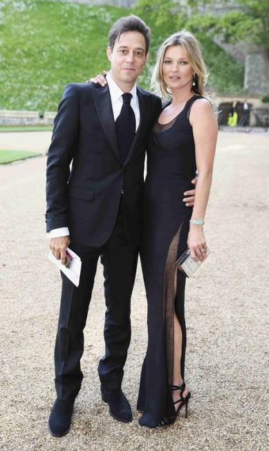Kate Moss apostou em um pretinho fendado para a noite. A top veio acompanhada do marido Jamie Hince, cantor e vocalista do The Kills Chris Jackson/POOL / REUTERS