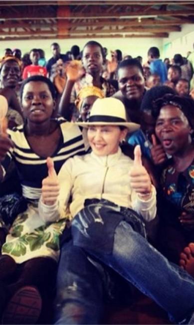 """Madonna homenageou as mães com uma foto dela ao lado de mulheres no Malauí, na África. """"Pensando em todas as maravilhosas mães no mundo trabalhando para ter vidas melhores! Feliz dia das mães!"""" Instagram"""