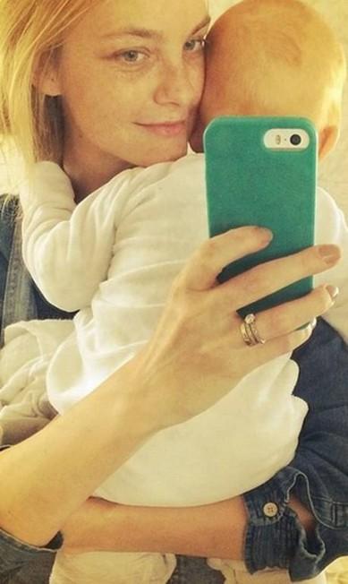 """A top Carol Trentini postou um selfie com o filho. """"Feliz dia das mães para todas as mães, especialmente a minha"""", desejou Instagram"""