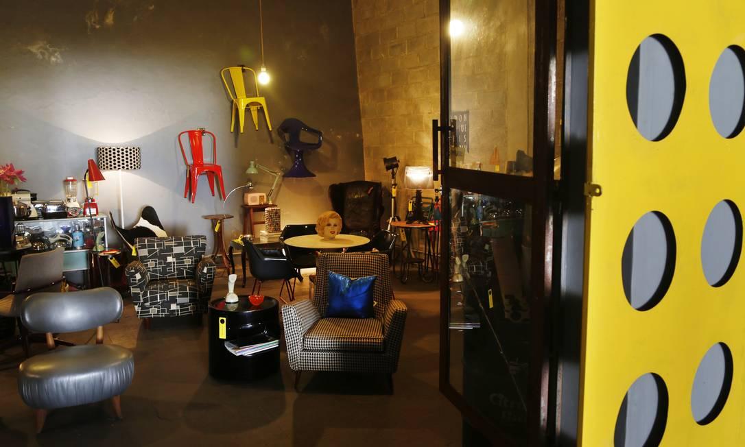 Escondida atrás de uma porta de correr amarela vazada, a loja de 55 metros quadrados da produtora de cinema e televisão Daniela Anet, a Adoro Adorno, tem cadeiras coloridas penduradas nas paredes Ana Branco / Agência O Globo