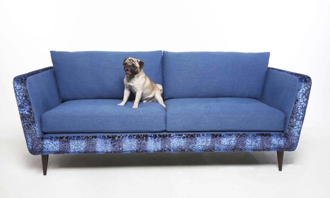 O pug Theremim no sofá Empório Beraldin, forrado com tecido da Tricia Guild. R$ 19.870 (www.emporioberaldin.com.br) Foto: Camilla Maia / Agência O Globo