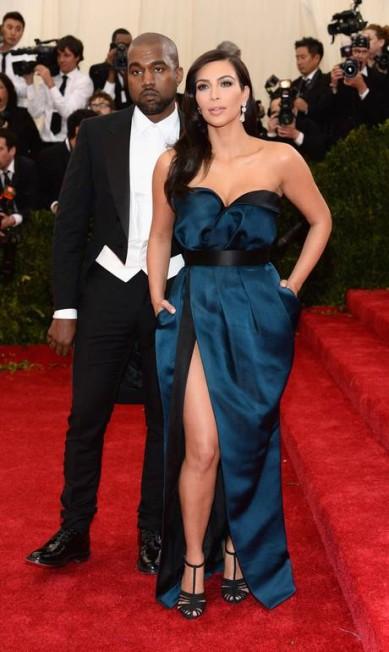 Sempre sexy, Kim aposta no uso de poucas joias para não desviar o foca do principal de seu figurino: ela mesma. No baile de gala do MET de 2014, Kim Kardashian vestiu Lanvin Dimitrios Kambouris / Dimitrios Kambouris/AFP