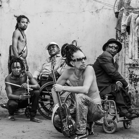 O produtor Doctor L (à frente) e os demais integrantes do Mbongwana Star; tradicional e moderno embaralhados Foto: Divulgação
