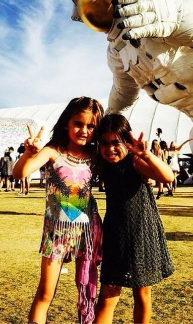 Uma amiguinha acompanhou Anja, que escolheu uma blusinha desfiada com franjas para curtir o festival Reprodução do Instagram