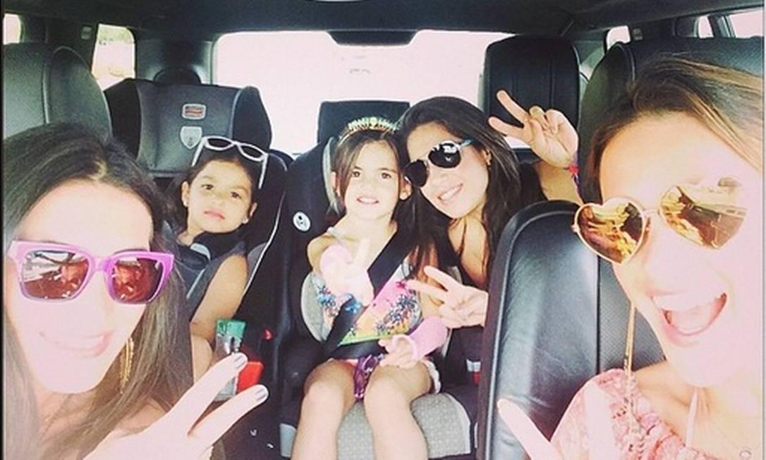 O clima do passeio foi bem família: a modelo viajou à cidade de Indio com a filha, Anja, de cinco anos, e outras crianças e amigas Reprodução do Instagram