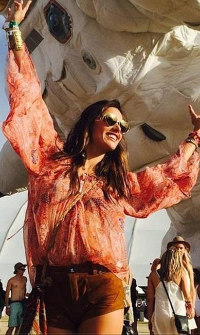 Alessandra Ambrosio é mesmo fã de música. A top de 33 anos foi uma das figuras mais marcantes no Coachella, festival de rock na Califórnia que chega ao seu último dia neste domingo. Hoje, a top publicou no Instagram mais fotos se esbaldando no evento Reprodução do Instagram