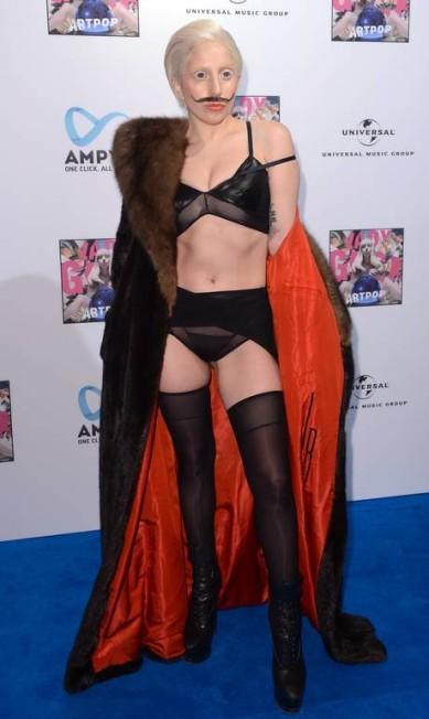 Na noite de quinta-feira, ela tirou o acessório estranho para um look mais sensual BRITTA PEDERSEN / AFP