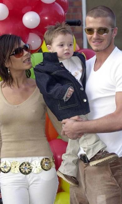 """Em 2001, Victoria, David e o bebê Brooklyn em seu segundo aniversário. Muito seguida pelos paparazzi, Victoria disse em entrevista, no ano passado, que sua família """"é mais normal do as pessoas pensam"""" Dave Jones / AP"""
