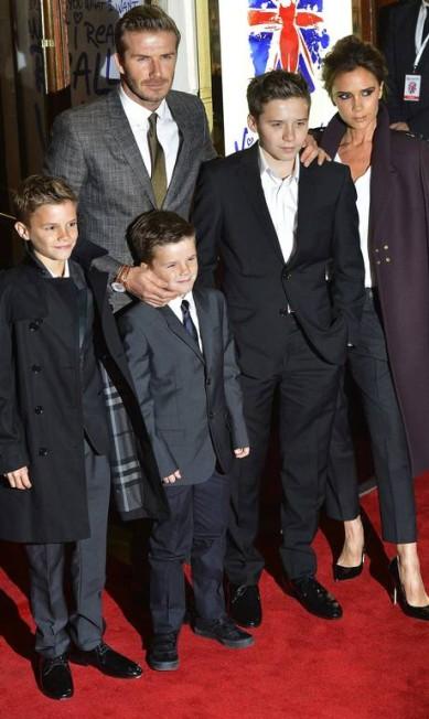 Victoria, em dezembro de 2012, com a família reunida. Na imagem, os filhos Brooklyn, hoje com 15 anos, Romeo, de 11 anos, Cruz, de 9. Só faltou Harper, que na ocaisão tinha apenas um ano TOBY MELVILLE / REUTERS/Toby Melville