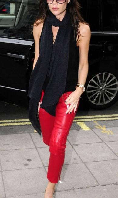Dia de festa na casa dos Beckham! Nesta quinta-feira, dia 17 de abril, a ex-Spice Girl Victoria Beckham chega aos 40 anos como estilista renomada e matriarca de uma das famílias mais seguidas do mundo das celebridades Reprodução