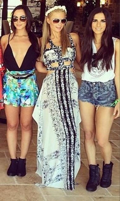 Paris Hilton (centro) posou ao lado de amigas Reprodução / Instagram