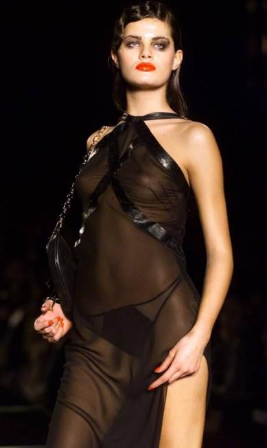 Isabelli Fontana, em 2000, já desfilava looks sensuais REUTERS
