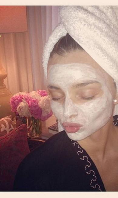 Miranda Kerr surgiu com o rosto coberto de crema, mas fez gracinha ainda assim Reprodução/ Instagram