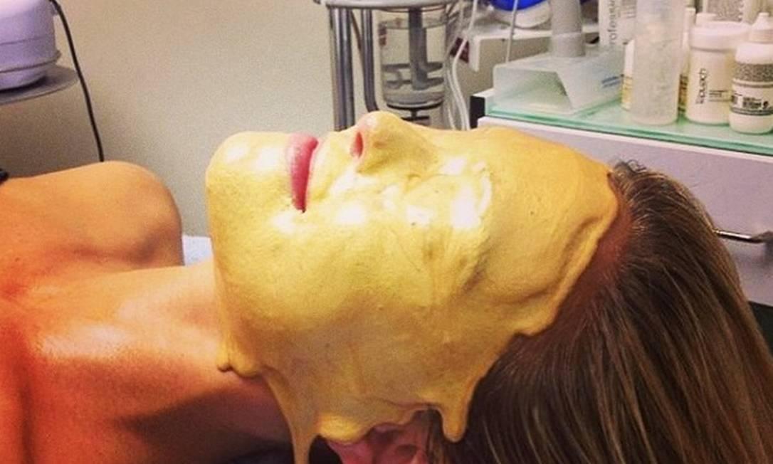 Bar Refaeli, ex-namorada de Leonardo DiCaprio, publicou um clique com o rosto coberto por uma máscara dourada Reprodução/ Instagram