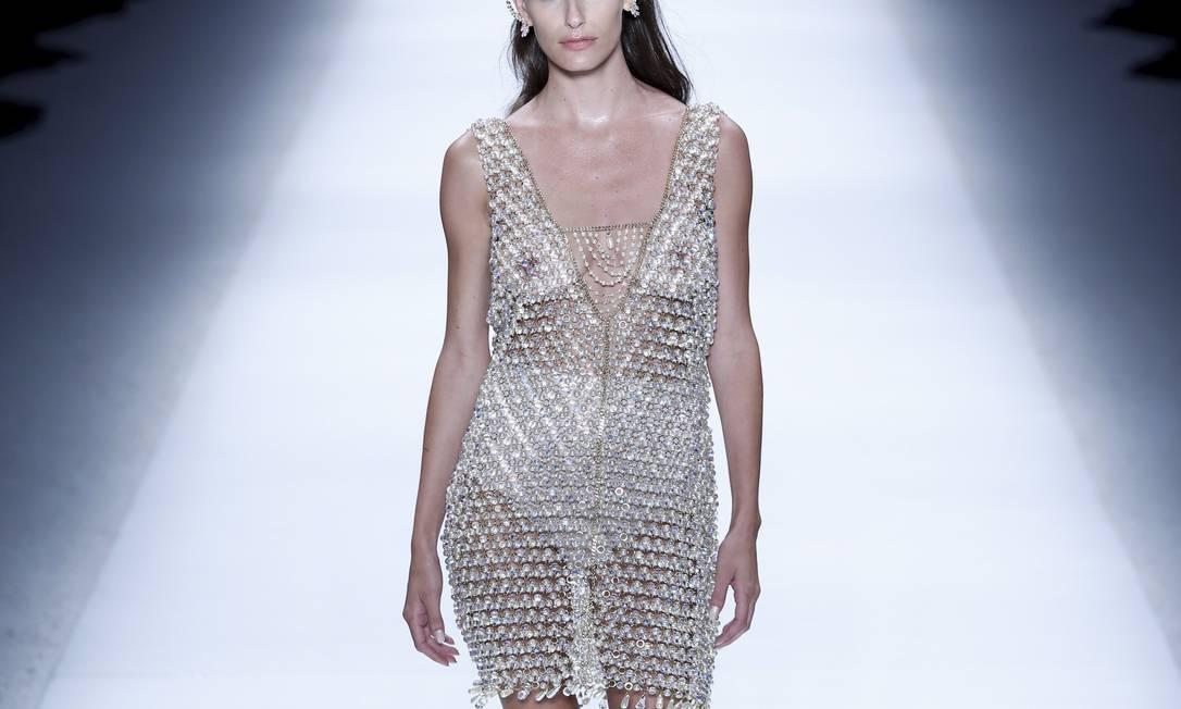 Carol Francischini arrancou suspiros do público masculino ao exibir este vestido repleto de cristais checos que deixavam seus seios à mostra Fabio Rossi / Agência O Globo