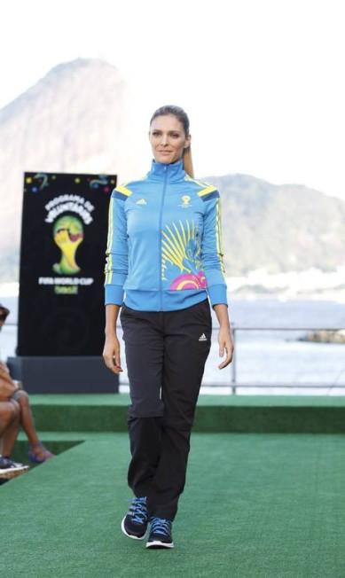 Fernanda mostra o conjunto de calça e casaco esportivo Fabio Rossi / Agência O Globo