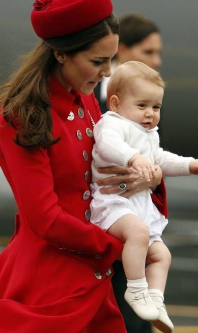 Kate completou o modelito com um chapéu Gina Foster PHIL NOBLE / REUTERS