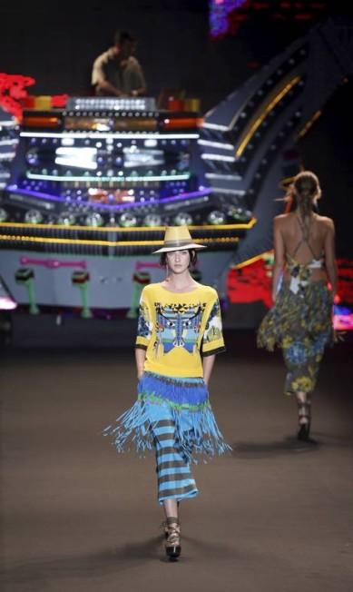 A Espaço Fashion apostou numa saia de franjas por cima da calça num efeito cowboy moderno... Fabio Rossi / Agência O Globo