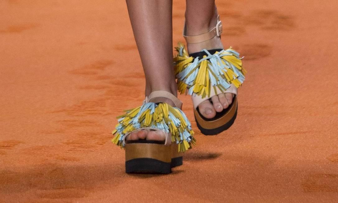 O acabamento com franjas em couro também apareceu nas sandálias plataforma da Oh, Boy! Mônica Imbuzeiro / Agência O Globo