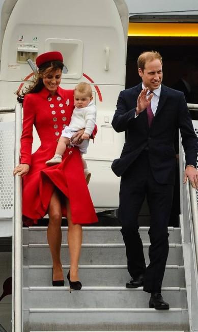 Príncipe William e Kate Middleton chegaram à Nova Zelândia acompanhados do filho, o príncipe George. Esbanjando fofura, o bebê real veio no colo da duquesa de Cambridge, vestido todo de branco Mark Tantrum / AFP
