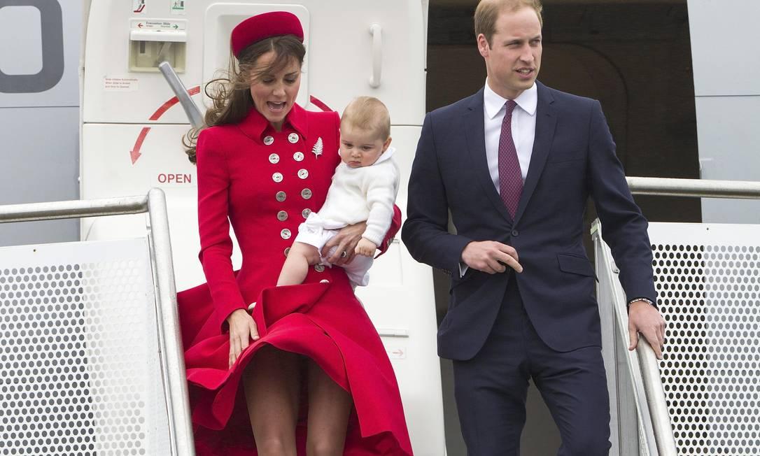 A duquesa de Cambrigde quase mostrou demais ao descer do avião David Rowland / AP