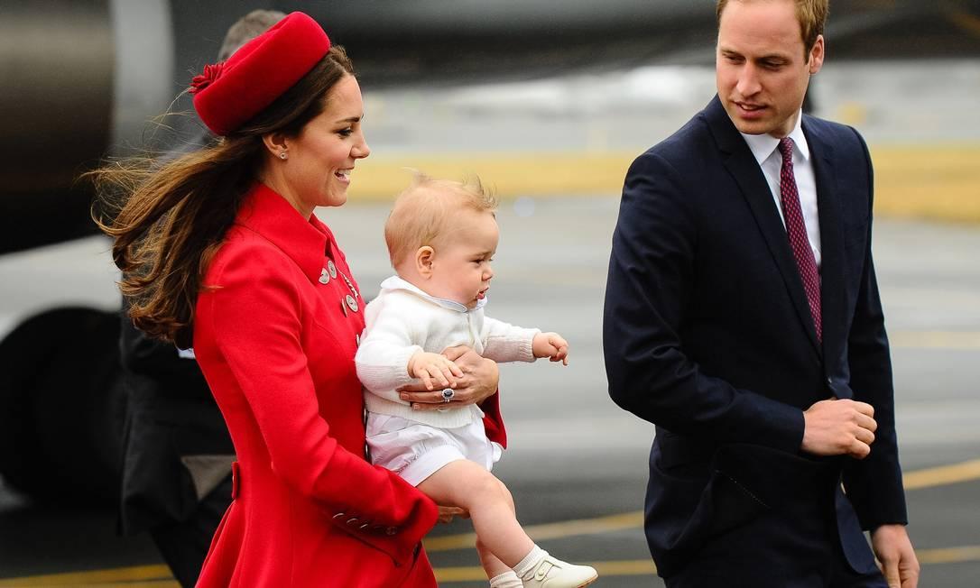 Esbanjando fofura, o bebê real ficou boa parte do tempo no colo da mãe, vestido todo de branco Mark Tantrum / AFP