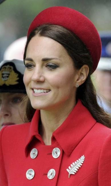 O broche usado por Kate, no formato do símbolo nacional neozelandês, teria sido emprestado pela rainha Elizabeth II Ross Setford / AP