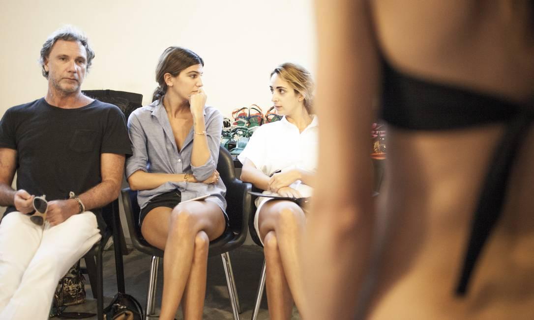 """Para criar a Osklen Praia, Oskar Metsavaht (à esquerda_ fez uma parceria com Alexia Niedzielski (à direita), editora da revista """"System"""", e Bianca Brandolini (ao centro), jetsetter musa do estilista Divulgação"""