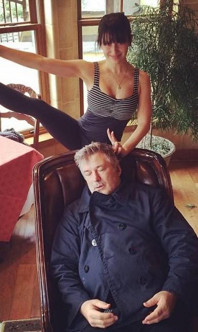 Hilaria Baldwin, de 30 anos, prometeu twittar uma foto de si mesma em uma postura de ioga todos os dias como parte da resolução do seu Ano Novo. Obviamente, o ritual está desgastando o marido Alec Baldwin, de 56 anos, que prefere tirar um cochilo enquanto ela se exercita... Reprodução Instagram