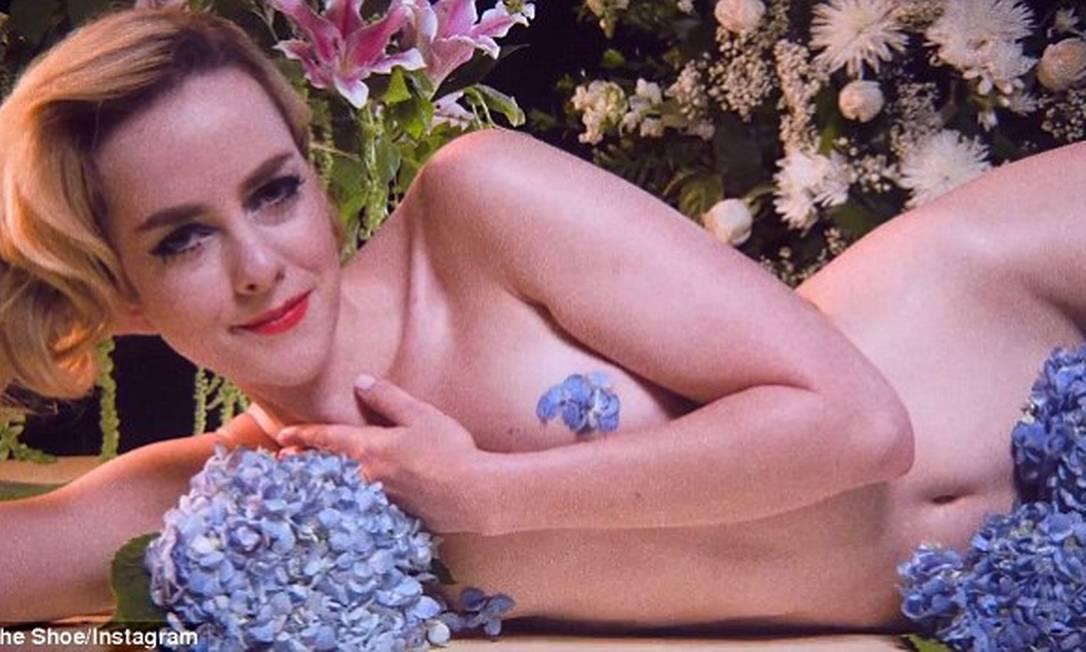 """No clipe da música """"Dead Rabbit Hopes"""" ela se cobre apenas com flores... © The Shoe/Instagram"""