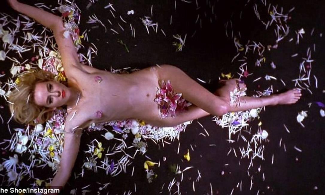 """Nua em flores. A atriz Jena Malone, a Johanna Mason de """"Jogos Vorazes"""", resolveu apelar para a sensualidade para promover sua banda indie """"The Shoe""""... © The Shoe/Instagram"""