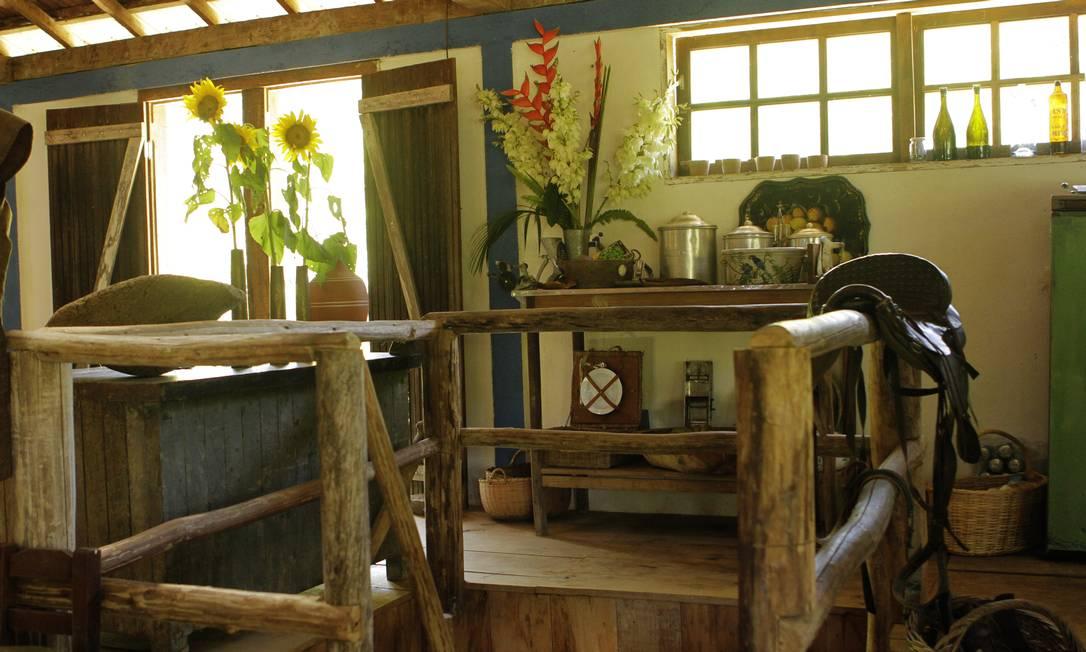 A luz entra pelas frisas de madeira e janelas de vidro. Muita madeira para combinar com o verde do lado de fora e que entra na casa em forma de arranjos Secre 1 / Divulgação