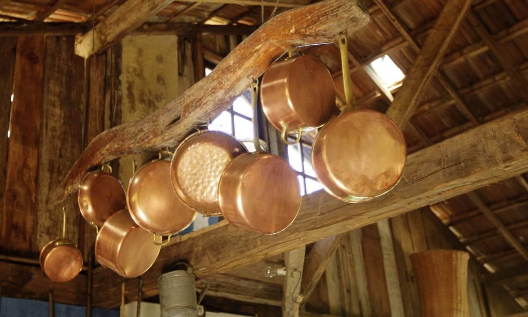 Para prender as panelas, um pedaço de madeira de uma antiga charrete Secre 1 / Divulgação