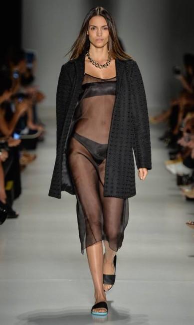 Na coleção nada convencional de Vitorino Campos para o verão, o estilista apresentou várias versões deste chinelo em couro Ze Takahashi / Ze Takahashi/FOTOSITE